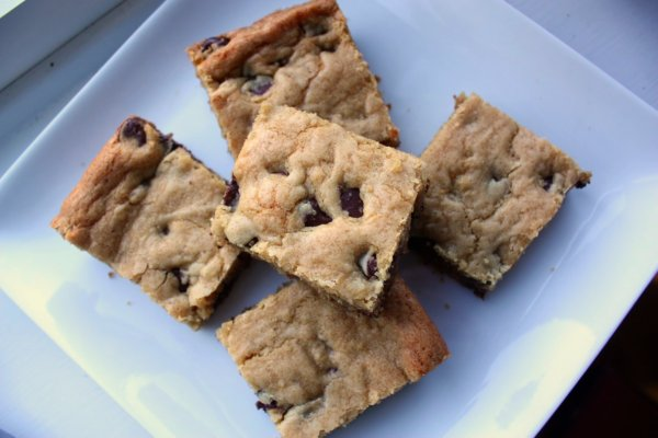 Thick and Chewy Chocolate Chip Cookie Bars - Everyday Home Cook ...